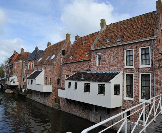 Huizen en hangende keukens aan het Damsterdiep in Appingedam