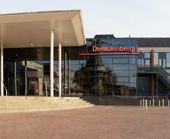 Theater De Molenberger vanaf de entree gefotografeerd, De Molenberg is onderdeel van de gebiedsontwikkeling Delfzijl Centrum Zuidoost.