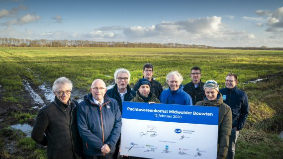 Groep mensen op de foto die de pachtovereenkomst Midwolder Bouwten hebben ondertekent.