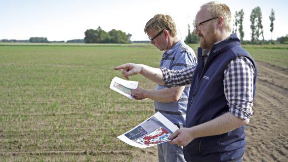 Sfeerbeeld van Groningse boeren die op een akker staan en de bodem onderzoeken door middel van precisielandbouw tijdens Nationale Proeftuin Precisielandbouw.