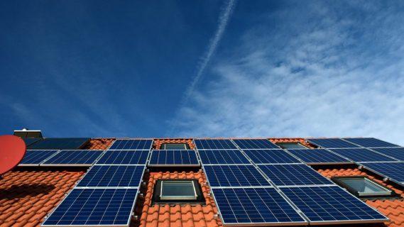 Sfeerbeeld van zonnepanelen op een dak.