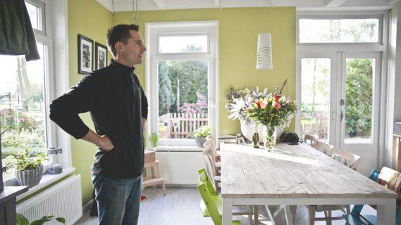 Sfeerafbeelding van een man in een huis.