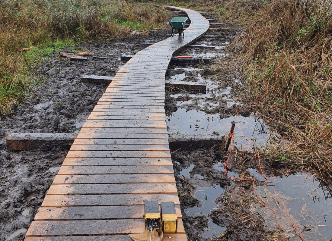 Foto van de loopsteiger bij het Foxholstermeer
