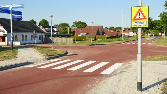 De nieuwe verkeerssituatie van het kruispunt van de Stationsstraat en de Oude Rijksweg, met een rood kruisingsvlak en twee zebrapaden.