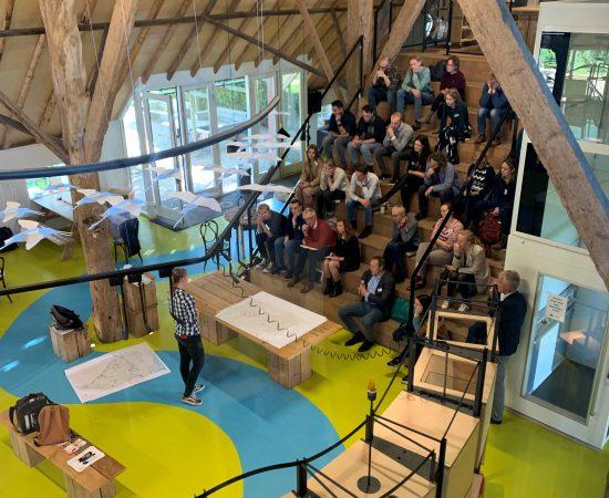 Studenten presenteren tijdens de Jurydag van het Groninger Landschap aan Siem Jansen en meer publiek.
