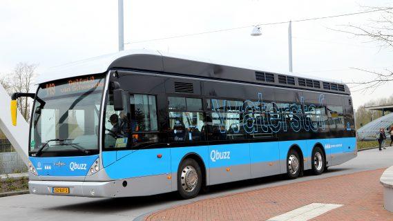 Blauwe waterstofbus van Qbuzz die richting Delfzijl rijdt.