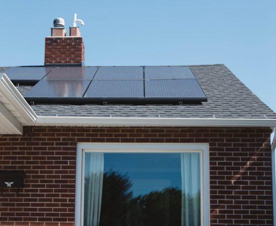 Sfeerbeeld van zonnepanelen op het dak van een woning.