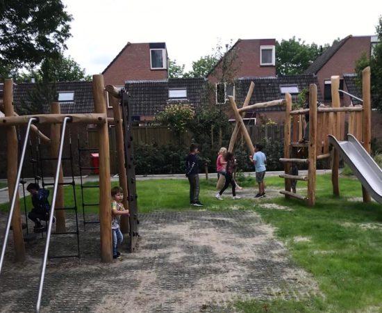 Kinderen spelen op in de speeltuin in Galkemaheerd