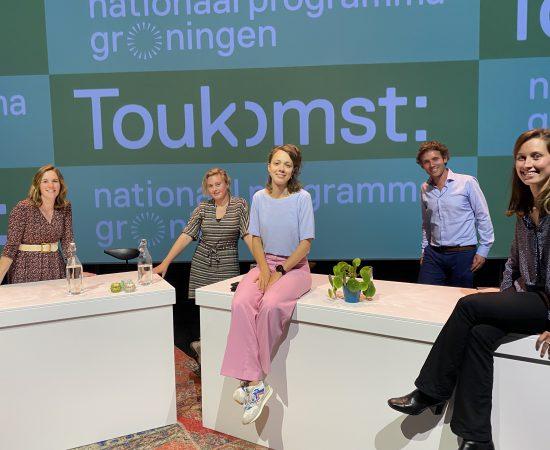 Team Toukomst, bestaande uit Marloes Hingstman, Marlous Rosegaar, Jeanne Cazemier, Johannes Boshuizen en Jasmijn Koelega tijdens de Toukomst bundelsessies