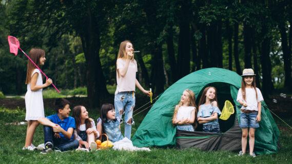 Jongeren camperen met een tent.