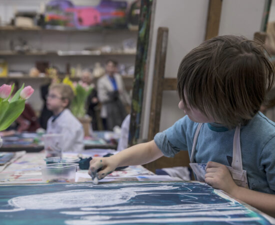Decoratieve foto van een kind die creatief aan het krijten is