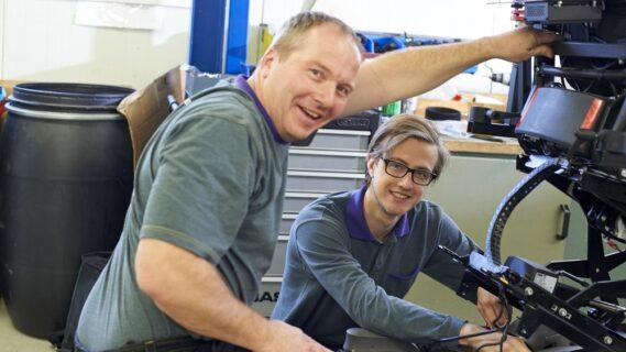 Docent en leerling werken samen in een werkplaats