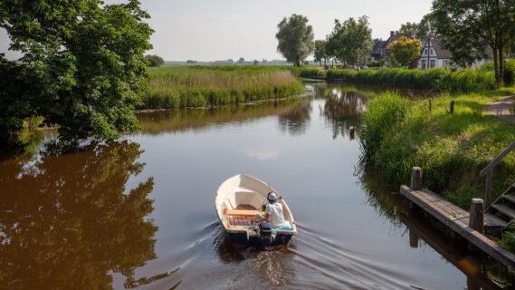 Decoratieve afbeelding van iemand in een bootje in de gemeente Groningen