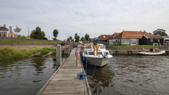 Decoratieve afbeelding van twee mensen die bootje gaan varen in Zoutkamp