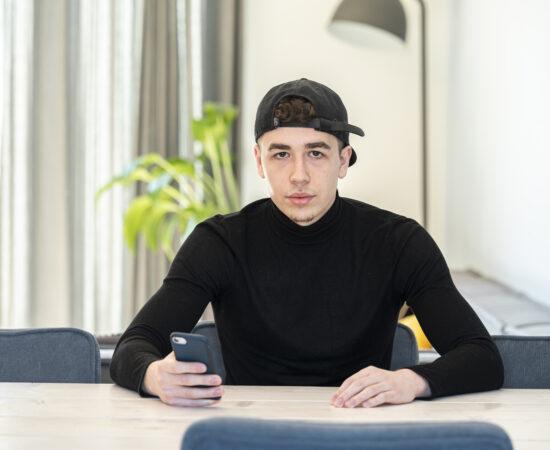 Decoratieve afbeelding van jongeren die naar de opkomende zon kijken
