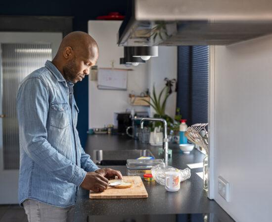 Decoratieve afbeelding van een anoniem persoon die een vraagteken voor zijn of haar hoofd houdt