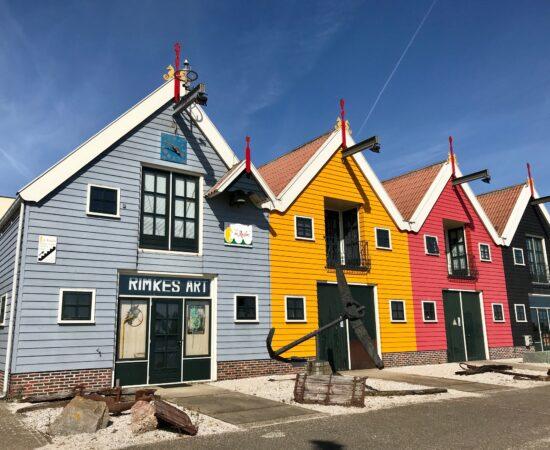 Decoratieve afbeelding van gekleurde huizen in Zoutkamp