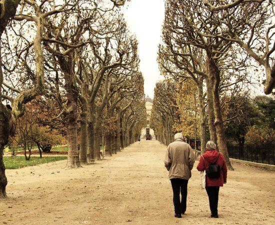 Decoratieve afbeeldingen van twee personen die door het park lopen