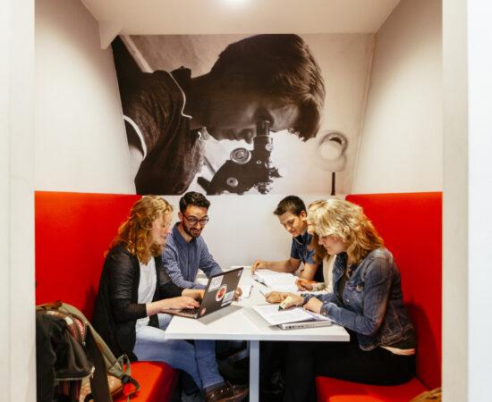 Decoratieve foto van studenten die samenwerken aan een project