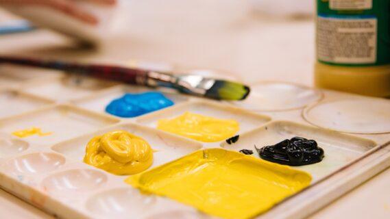Decoratieve afbeelding van schilderen, verf en een kwast