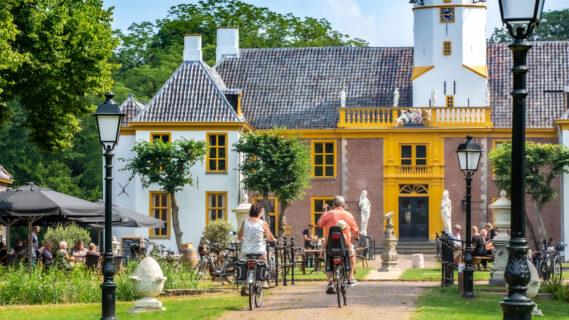 Decoratieve afbeelding van mensen op de fiets voor Landgoed Fraeylemaborg