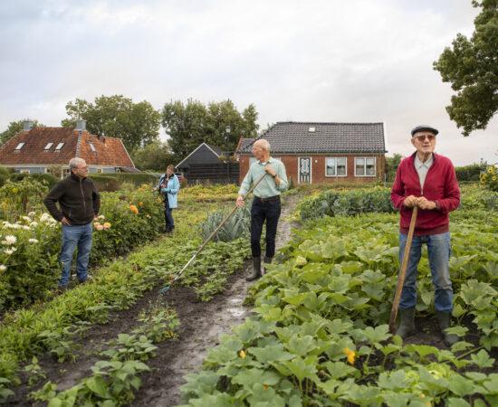 Decoratieve foto van ouderen in hun eigen groentetuin als andere woonvorm voor ouderen