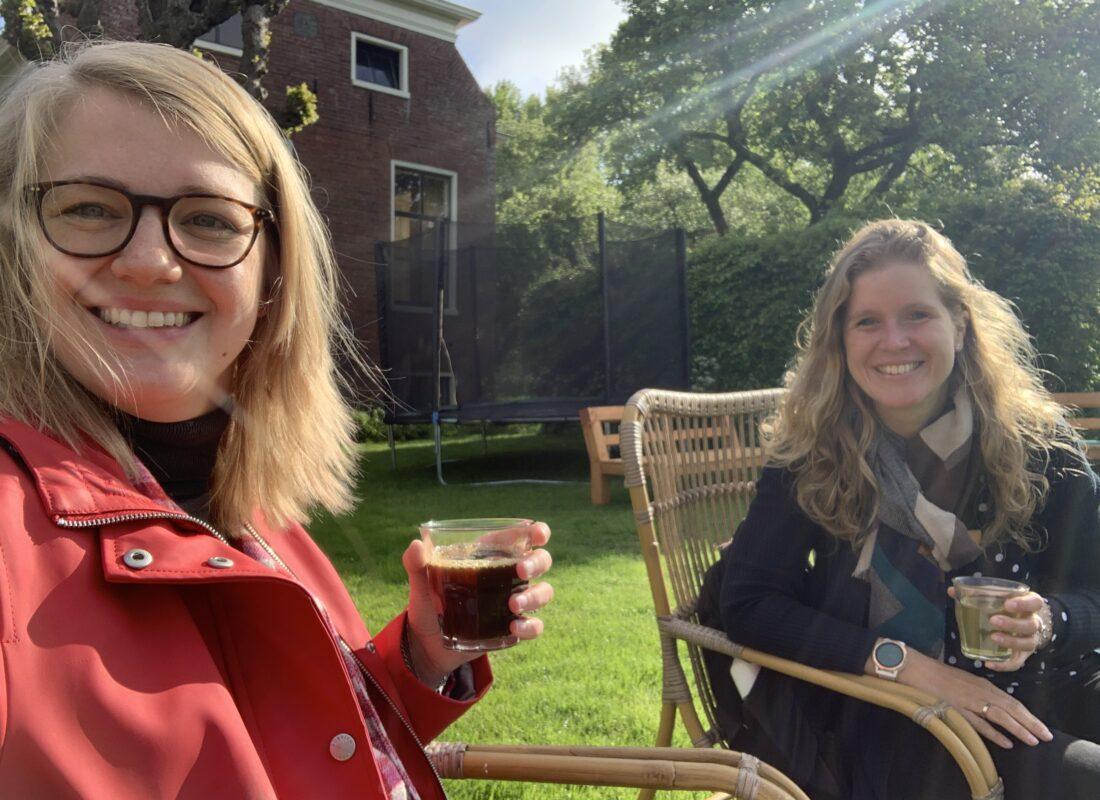 Anna Weijer en Marloes Buist met een kopje koffie tijdens het werkbezoek bij Enne Jans Heerd
