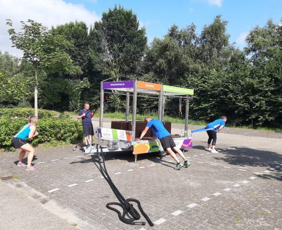 Foto van groep mensen die bij het Schildmeer met de Mobegym trainen