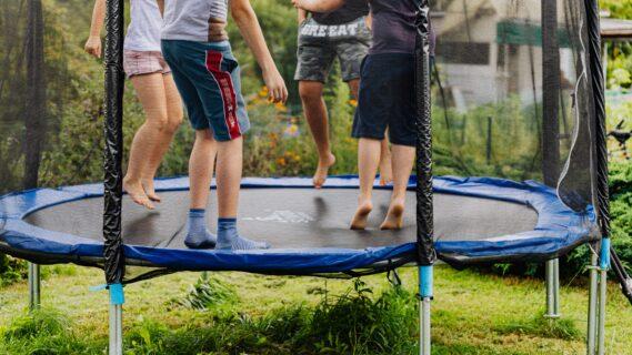 Decoratieve foto van spelende kinderen op een trampoline