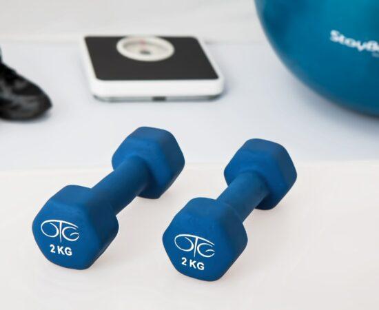 Decoratieve afbeelding van gewichten, een weegschaal en andere fitnessatributen