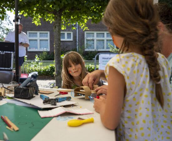 Decoratieve foto van kinderen die aan het knutselen zijn in Loppersum