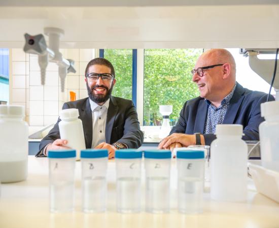 Decoratieve foto van twee mannen die bezig zijn met innovatieve proeven
